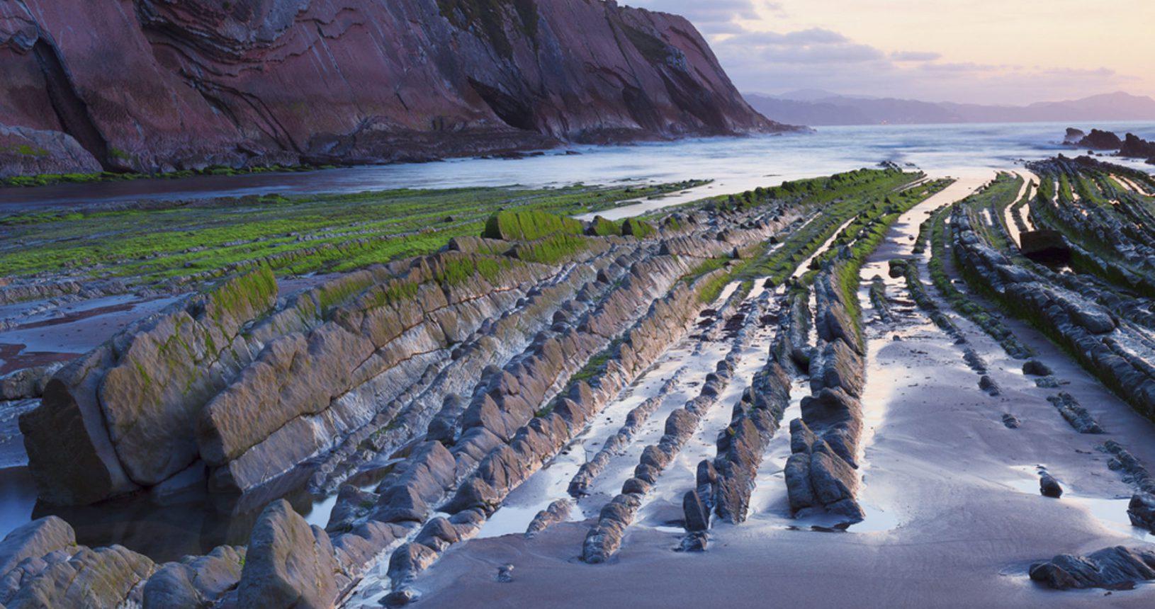 http://www.shutterstock.com/es/pic-236251198/stock-photo-itzurun-beach-flysch-of-zumaia-on-the-coast-of-gipuzkoa-spain.html?src=kZ0G6LBwtoQrRDCk_YL1dQ-1-34